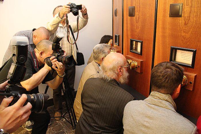 Antoni Rut ogląda fotografie w fotoplastykonie.