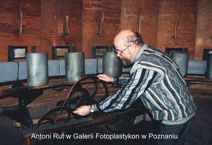 Antoni Rut w środku fotoplastykonu